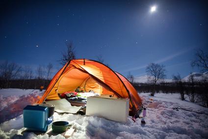 Wintercamping bei Nacht am Nordpol
